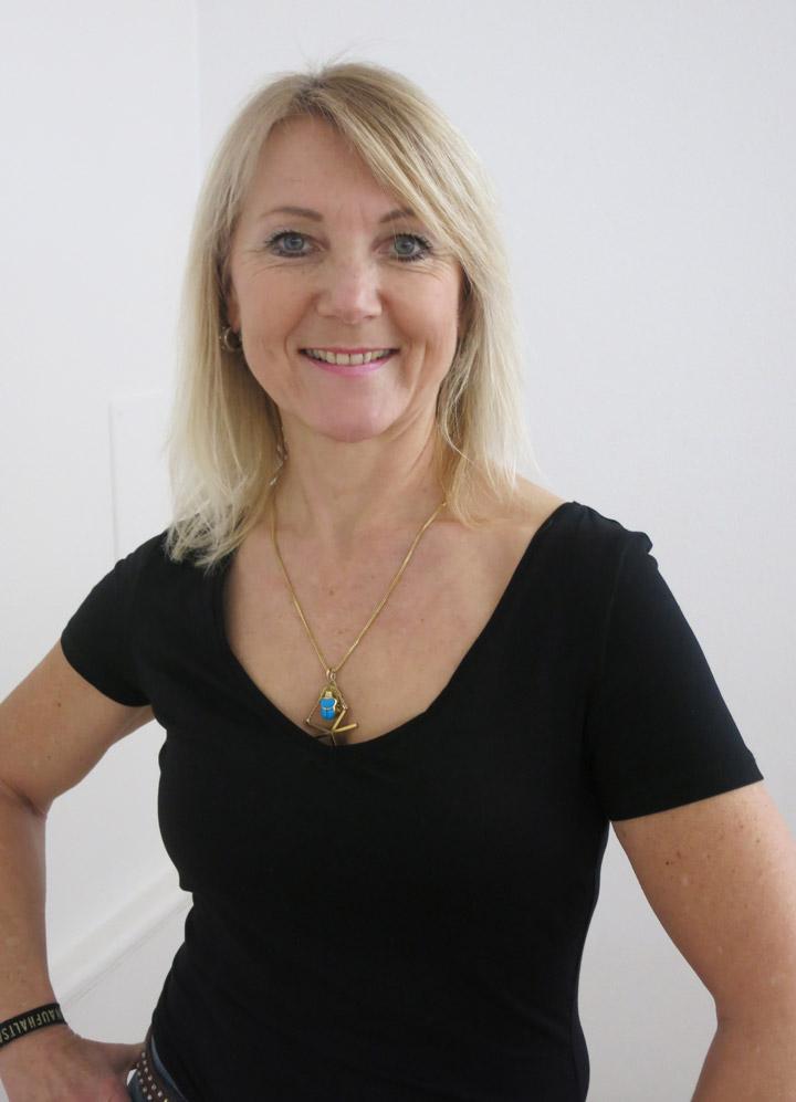 Portrait Hildegard Held-Horenburg, lachend, Barfuß-Studio, Yogalehrerin mit Qi-Gong- und Lach-Yoga-Ausbildung