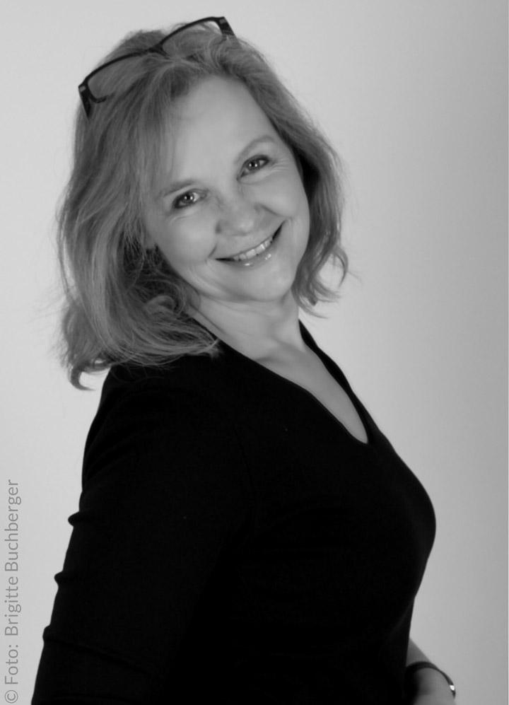 Portrait Petra Haun, lachend, medizinische Fachkosmetikerin und Entspannungstrainerin für R.E.S.E.T. Kieferbalance und Autogenes Training